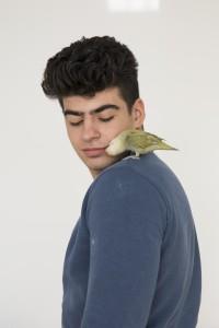 Orhan met zijn vogel. Fotograaf: Carilijne Pieters
